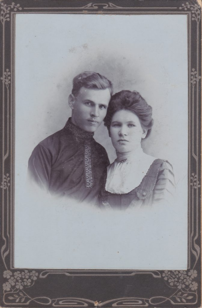 """Подпись: """" 1912 г. Старобельск Волошиненкам на добрую память. Китаевы""""."""