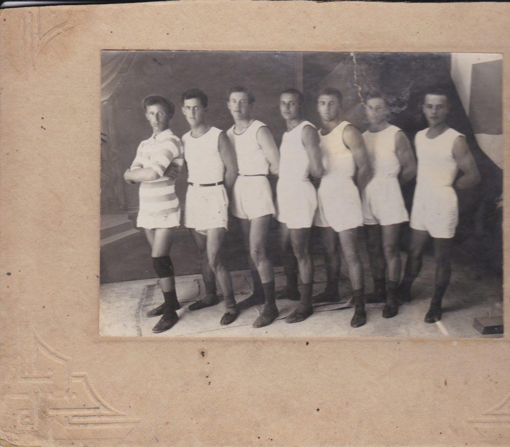 """Старобельск. подпись на обороте:""""Гандбольная команда взявшая 3-е место на Всеукраинских соревнованиях 1928 года. Воловников"""